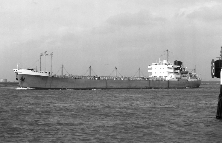 SLIEDRECHT passing Maassluis 30th May 1972 by Malcolm Cranfield (Small).jpg