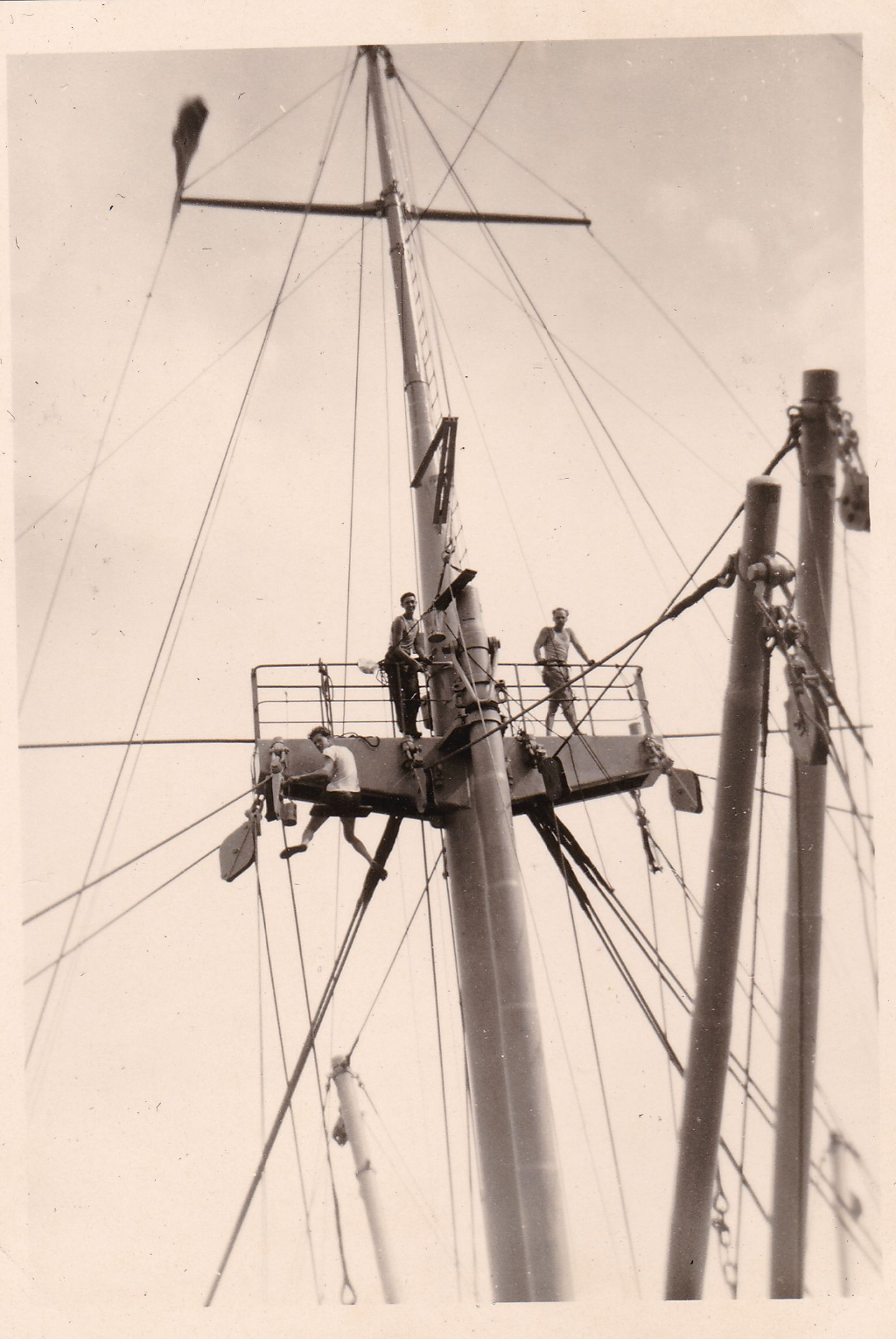ss. Salland ca 1950 matrozen in de mast.jpeg