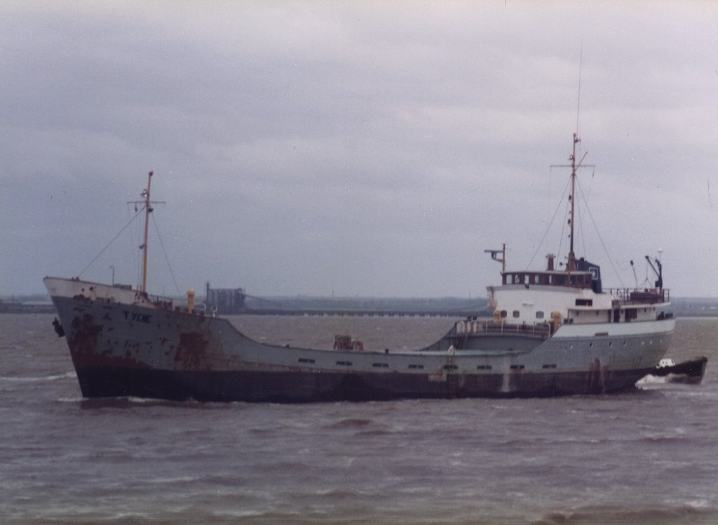 Tyche 13-04-1985 Outward bound, passing Corporation Pier, Hull.jpg