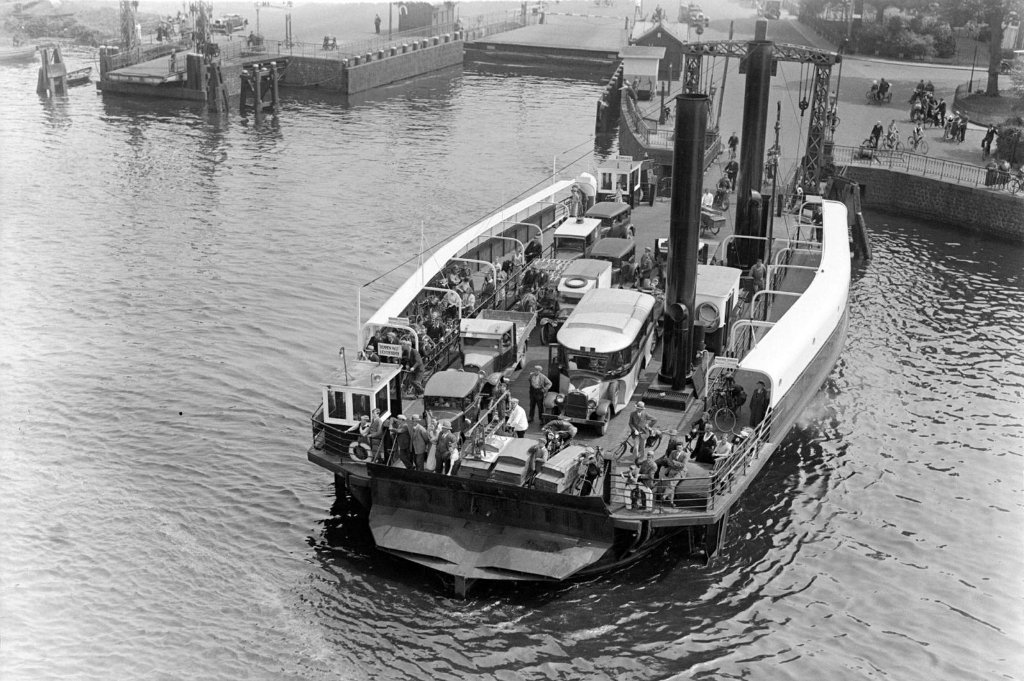 ferry_in_ijmuider_locks_1933_copy.jpg