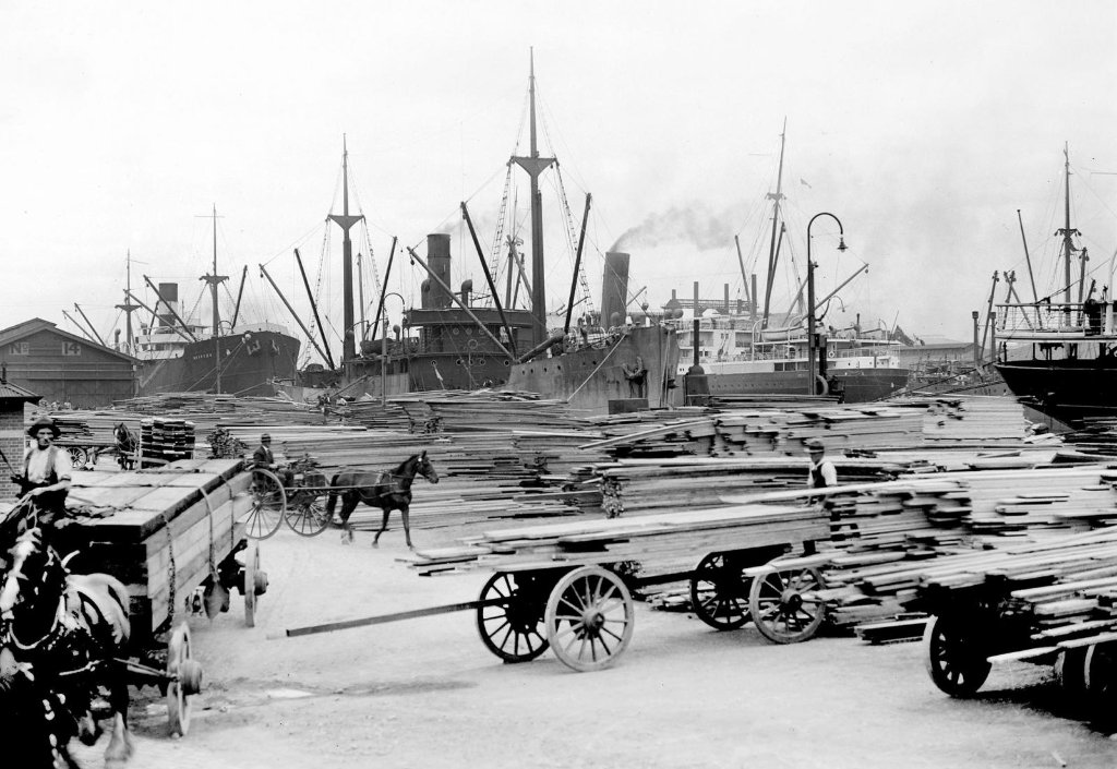 skipsea_1922others_loading_timber_at_yarra_piermelbourne_copy.jpg