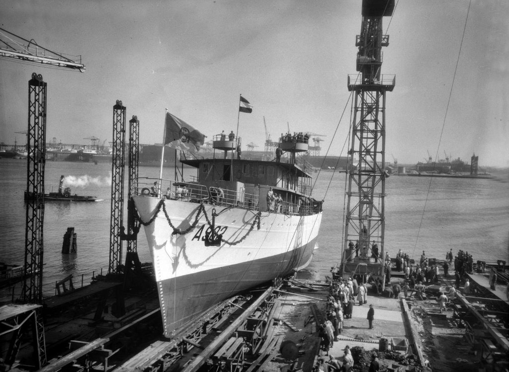 hnlms_luymes_1952-73a902launching_at_gusto_yardschiedam_21st_april_1951_copy.jpg