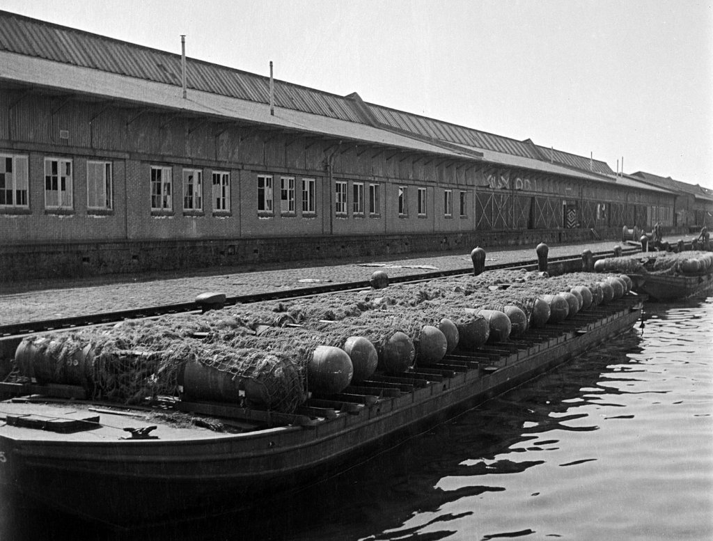 german_naval_mines_on_pontoonsamsterdam_may_1945_copy.jpg