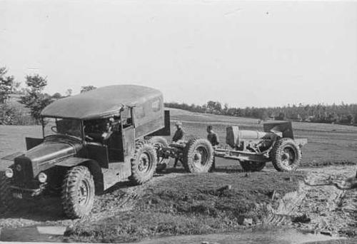 Polish 150 mm howitzer and Fiat yow car.jpg